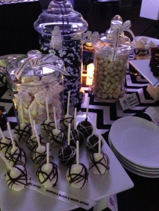 The desert table was perfectly appointed with black and white delisciousness!! Merengues and Macaroons to die for..
